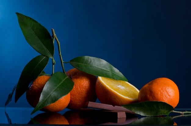 Апельсины на темном фоне