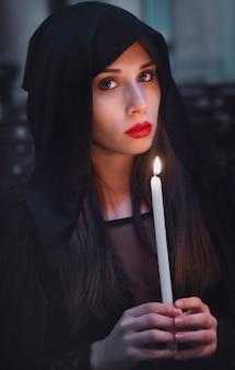 教会で黒マントで美しい少女