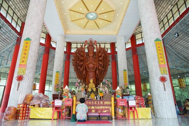 Большая тысяча рук гуань инь скульптурная древесина в таиланде