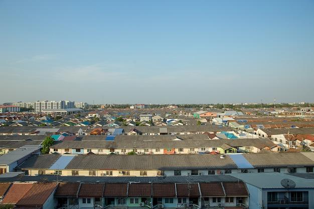 Дневное время городского пейзажа на крыше дома-черепицы в бангкоке, чистое небо