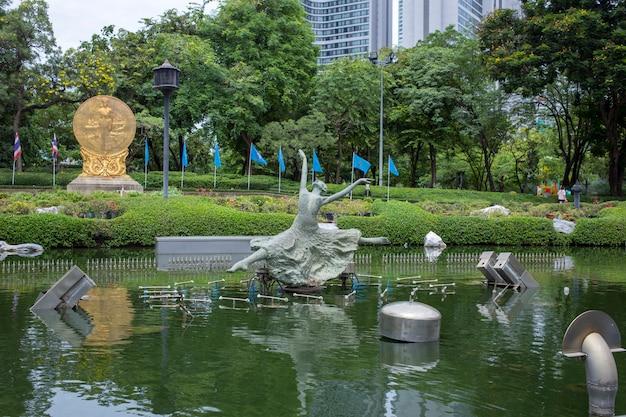 庭の彫像と彫刻