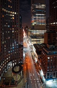 夜のマンハッタンの通り