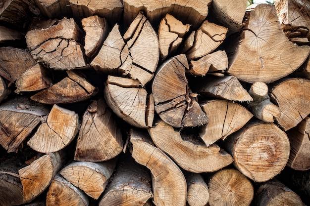 みじん切りの薪の丸太