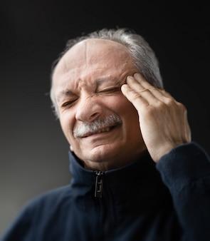 Старик с инфекцией и высокой температурой