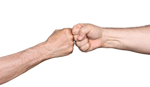 拳をぶつけて二人の男