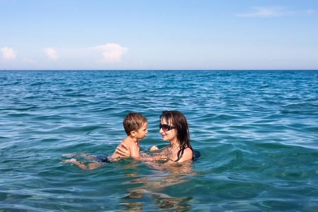 海の中の母と息子