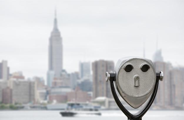 双眼鏡とニューヨーク市マンハッタンのスカイライン