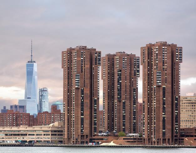 クイーンズからマンハッタンのスカイラインを見る