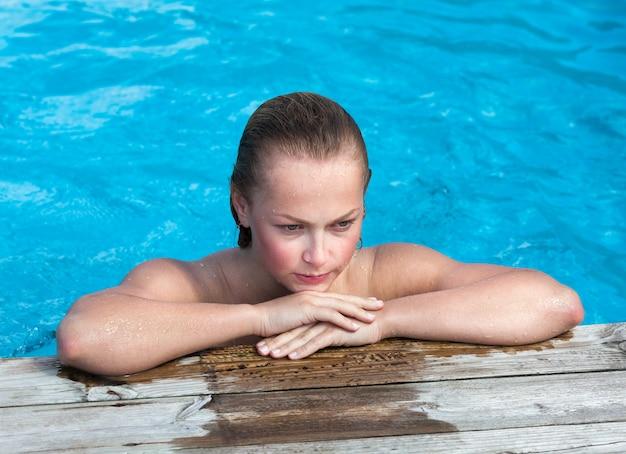 スイミングプールで裸の女性