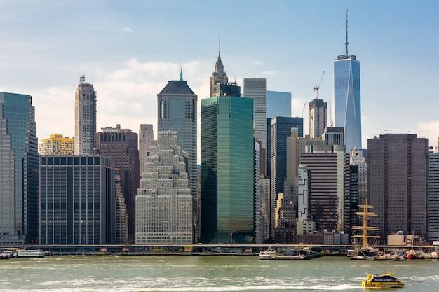 高層ビルがあるマンハッタンの金融街