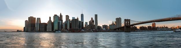 夜のマンハッタンのスカイラインのパノラマ