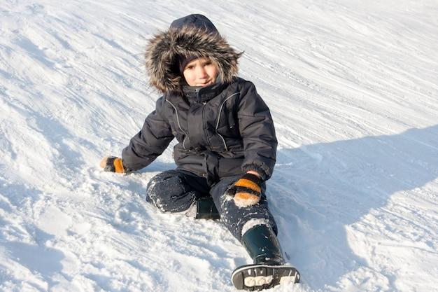 Молодой мальчик на снегу