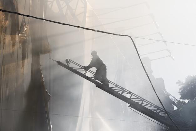 Пожар в трехэтажном доме в киеве