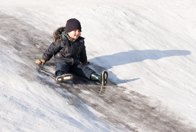 Маленький мальчик на ледяной горке