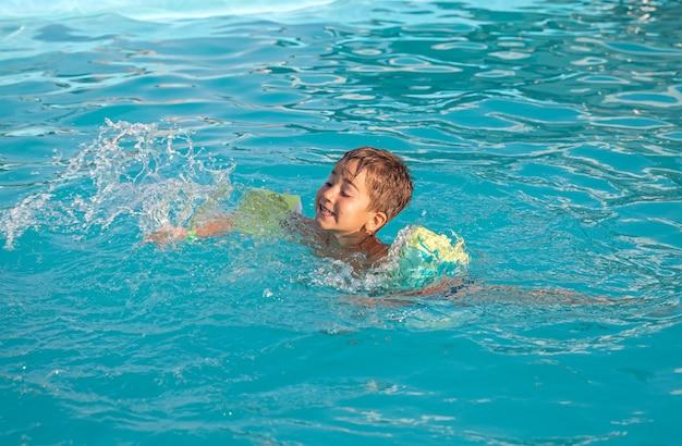 Маленький мальчик в бассейне