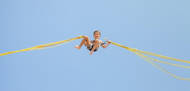 Мальчик прыгает на батуте