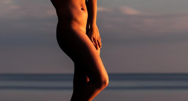 石の上に立っている裸の女性