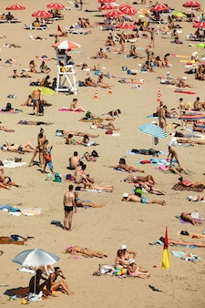 多くの人がドニエプル川の近くのキエフビーチで日光浴します