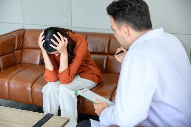 Психиатр лечит пациента, который получил стресс от большой проблемы