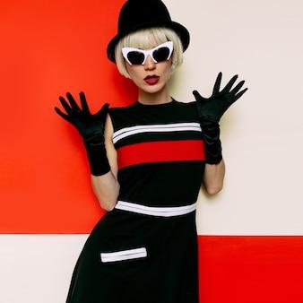 レディーレトロスタイルキャバレーのヴィンテージ服。最小限のファッション。アートデザイン