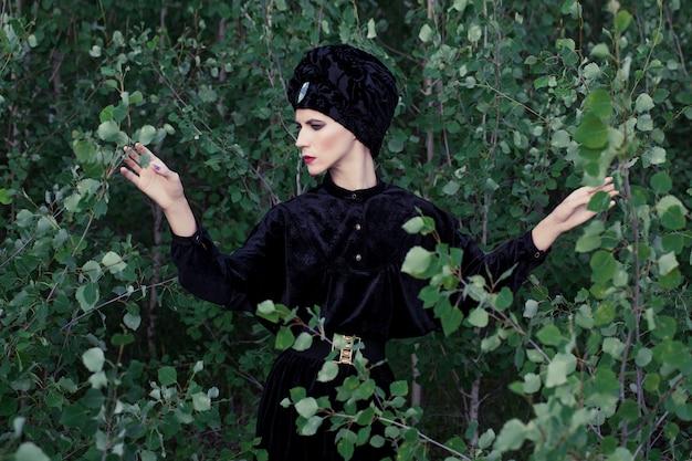 Портрет элегантной женщины в лесу