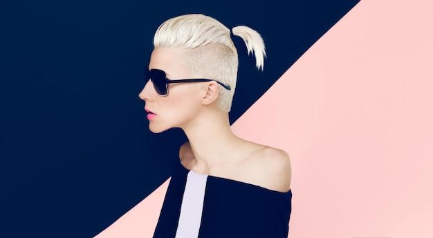 おしゃれなヘアスタイルで官能的なモデル。ブロンドの髪のトレンド