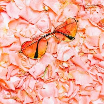 最小限の創造的なデザイン。花の背景に華やかなサングラス。春は今