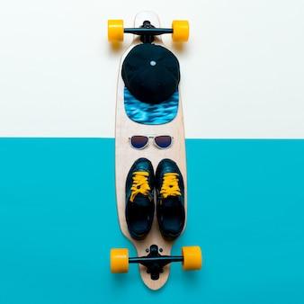スニーカー、サングラス、スケートボード、キャップ