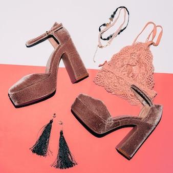 Стильные замшевые туфли. высокий каблук. модные украшения и кружевное белье. вид сверху