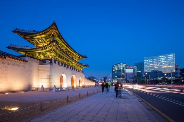 Дворец кёнбоккун, фронт ворот кванхуамун в центре сеула, южная корея. название дворца кёнбоккун