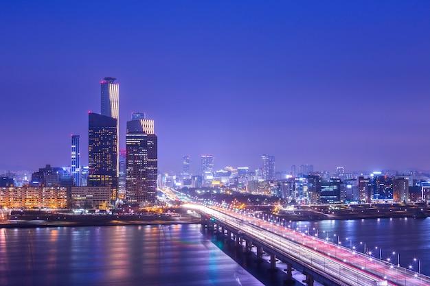 Город и автомобили сеула пропуская на мост и движение, реку хан ночью в центре города сеул, южная корея.