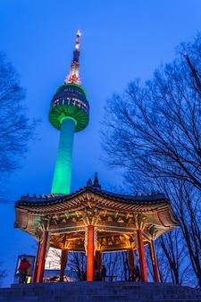 Башня намсан ночью или сеульская башня и павильон традиционной архитектуры кореи