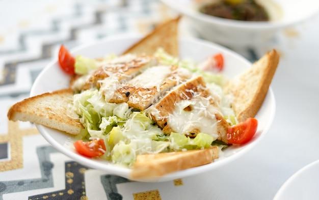 Цыпленок салат цезарь