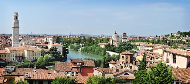 Панорамный вид на исторический центр вероны, италия