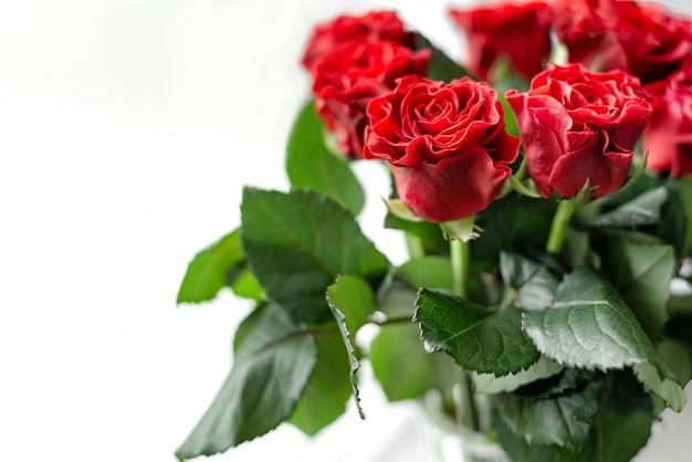Букет свежих срезанных красных роз