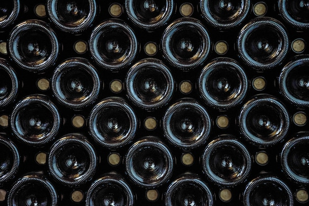 Темные винные бутылки выстроились в ряд