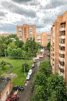 夏の雨の日に窓からすに雨の滴