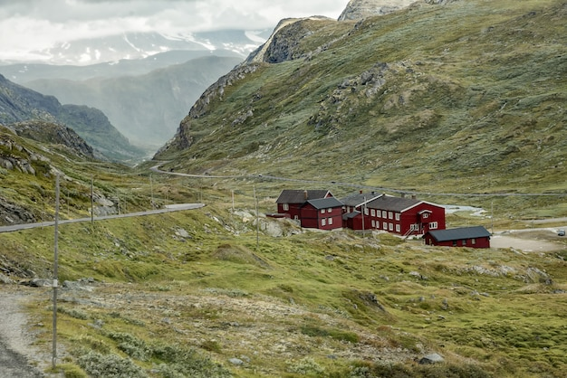 マウンテンバレーの伝統的な赤い木製のコテージ。ノルウェーの自然風景