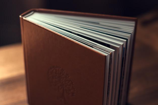 開いたページのある大きなハードカバーの本