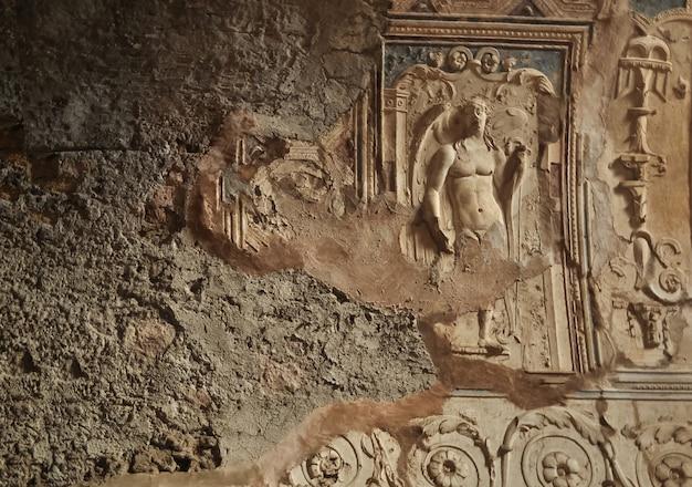 古代の壁のテクスチャで破壊され、埋め込まれたフレスコ画