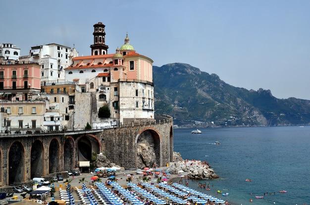 Вид на городской пейзаж амальфи на береговой линии средиземного моря, италия