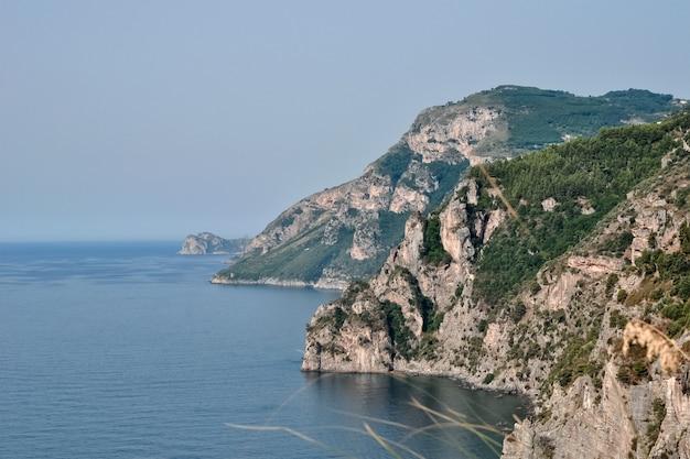 岩が多い海岸の景色