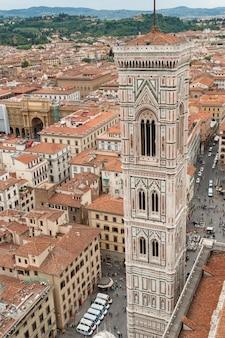Колокольня джотто и вид на город с вершины кафедрального собора, флоренция, италия