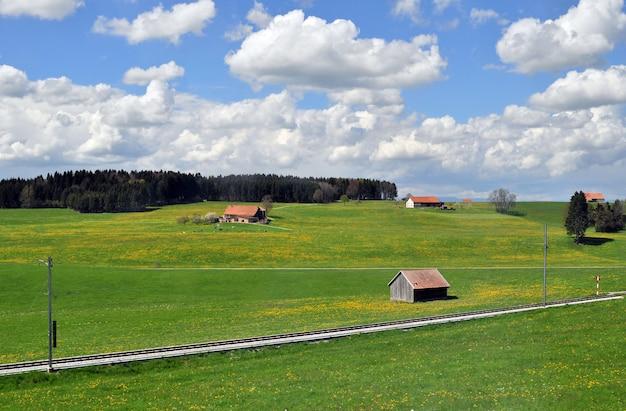 Панорамный деревенский вид на свежие зеленые холмы весной