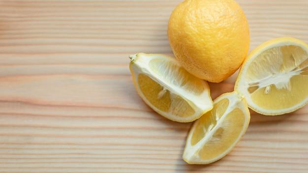 Корень имбиря и лимон на деревянном столе