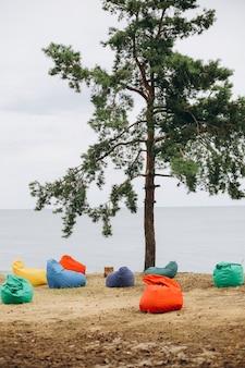 Пуфы разноцветные берега одно дерево отправить