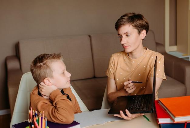 母親が子供に家庭のオンライン教育を教える