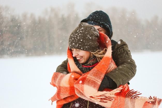 Влюбленная пара радостная зима снежная снаружи счастье