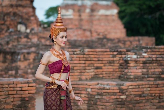 Портрет женщины в тайских традиционных костюмах