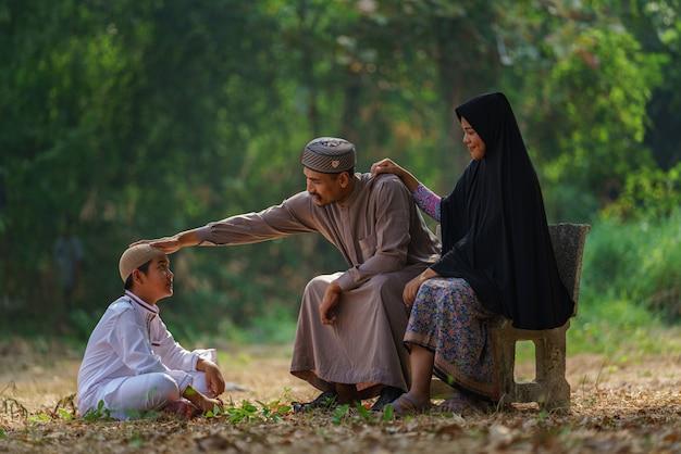 幸せなイスラム教徒の家族の肖像画